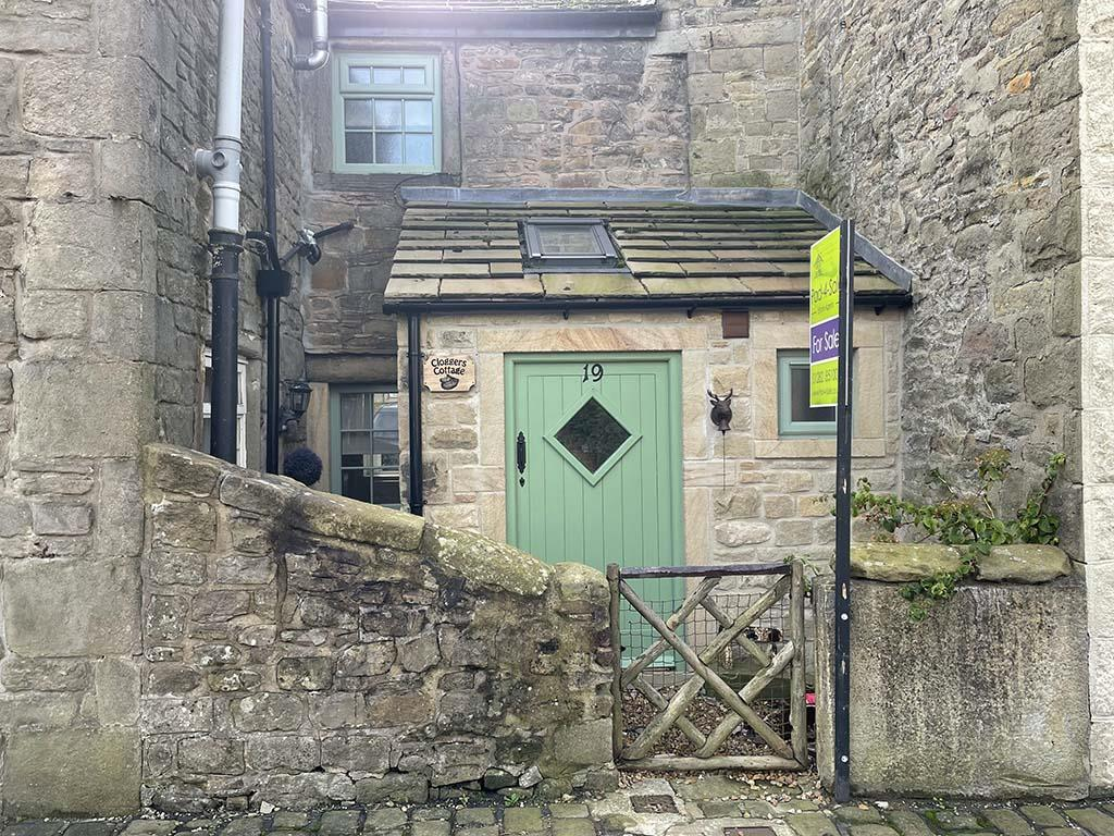 2 bedroom cottage For Sale in Barnoldswick - Property photograph